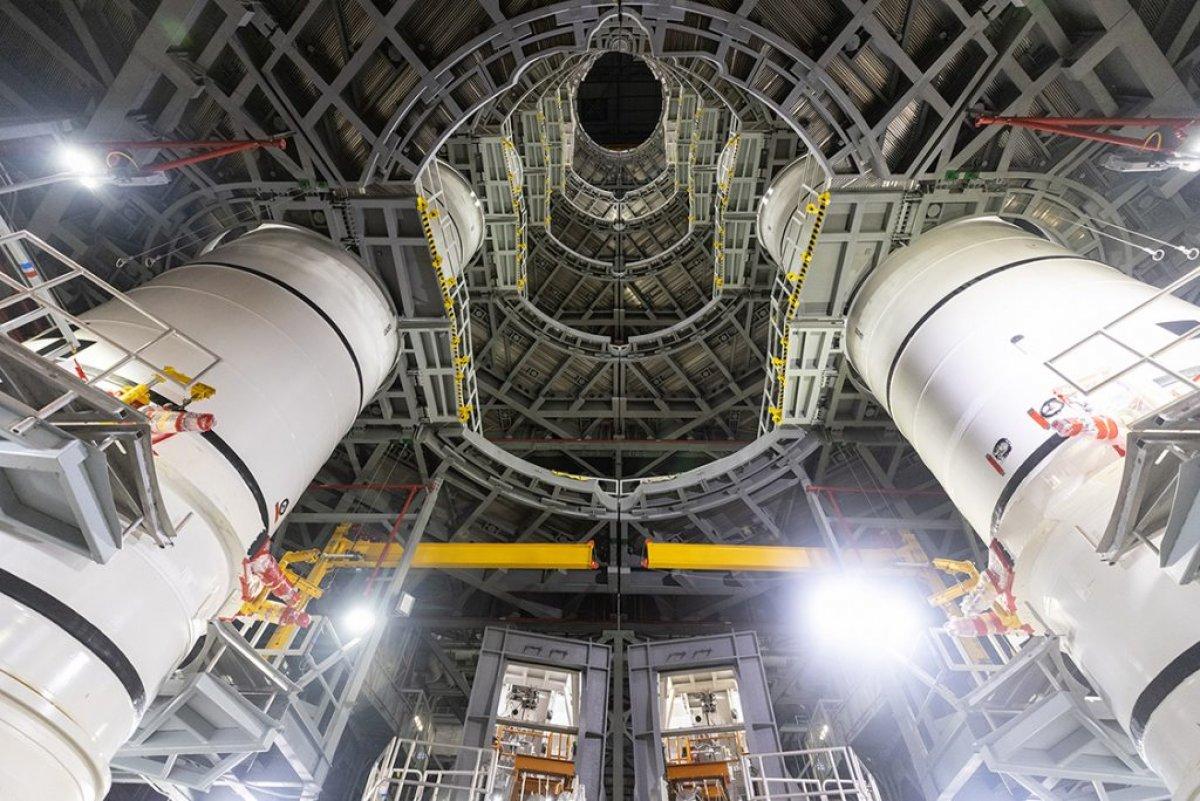 Ay'a ilk kadını taşıyacak dev roketler bir araya getirildi #4