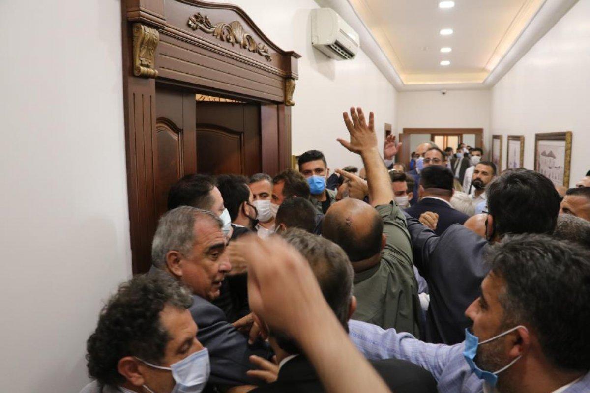 İyi Partililerin ve CHP lilerin makam odasına girme mücadelesi #1