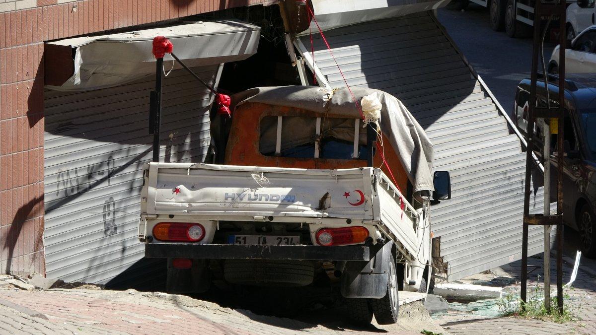 Sultangazi'de kayan kamyonet, kaldırımda yürüyen kadına çarptı  #3