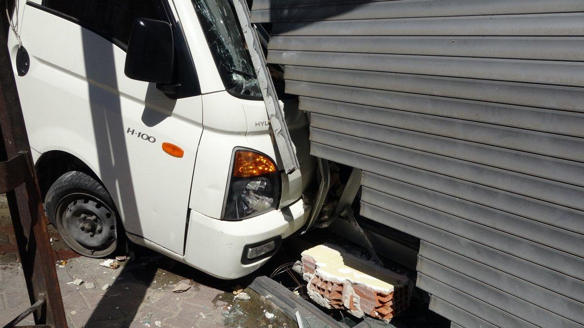 Sultangazi'de kayan kamyonet, kaldırımda yürüyen kadına çarptı  #1