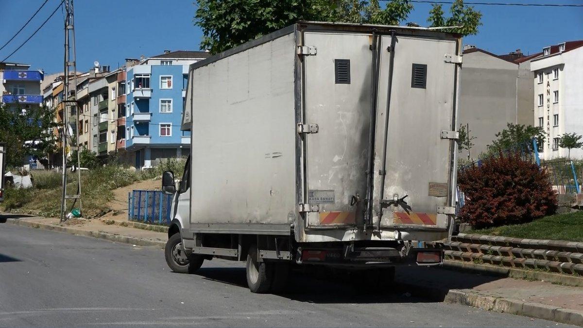 Sultangazi'de kayan kamyonet, kaldırımda yürüyen kadına çarptı  #4