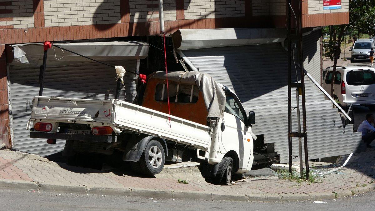 Sultangazi'de kayan kamyonet, kaldırımda yürüyen kadına çarptı  #2