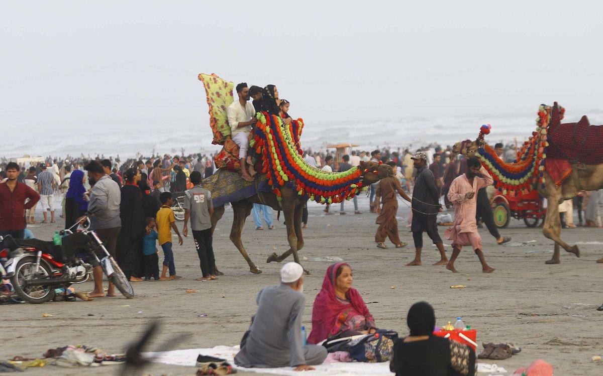 Pakistan'da yüzlerce kişi plaja akın etti, koronavirüs unutuldu #1