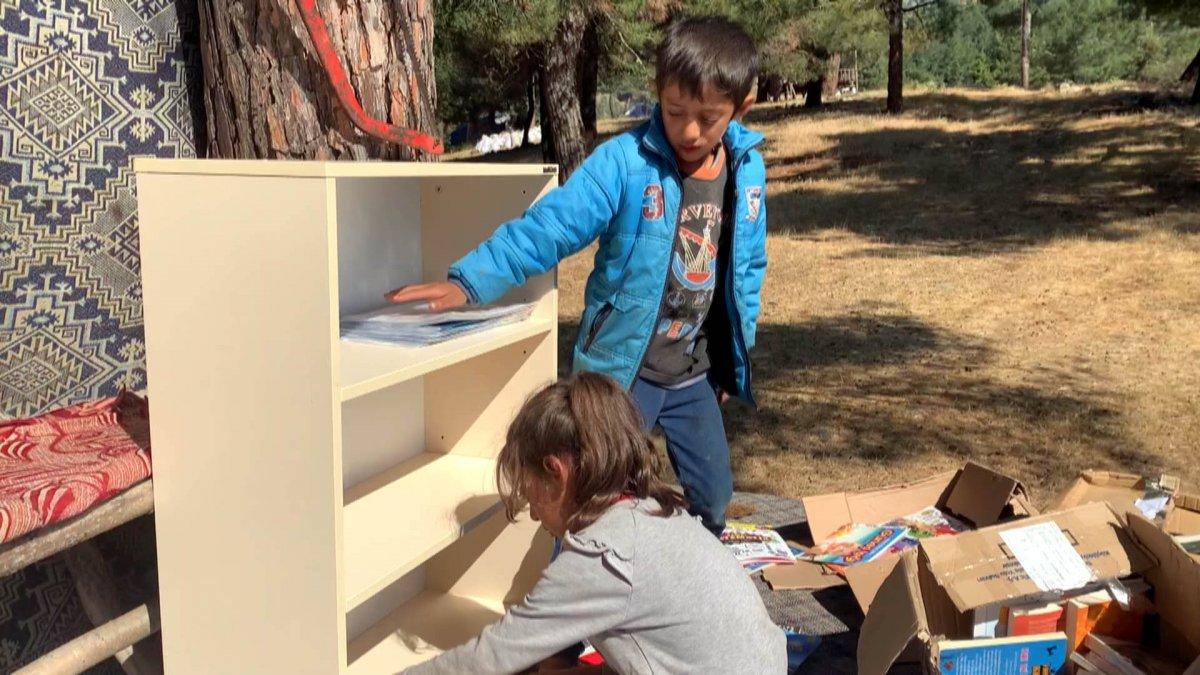 Çocuklar okusun, diye okul ve çadırlara kitaplıklar kuruyor #4