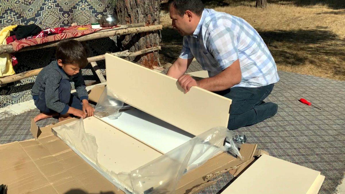 Çocuklar okusun, diye okul ve çadırlara kitaplıklar kuruyor #1