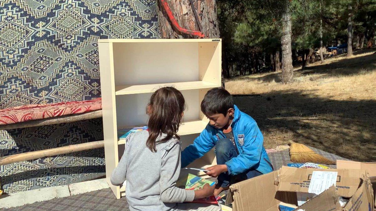 Çocuklar okusun, diye okul ve çadırlara kitaplıklar kuruyor #3