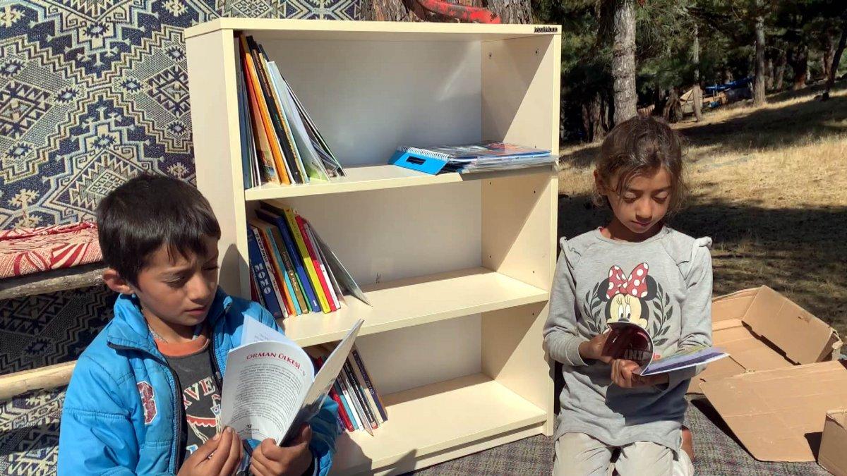 Çocuklar okusun, diye okul ve çadırlara kitaplıklar kuruyor #5