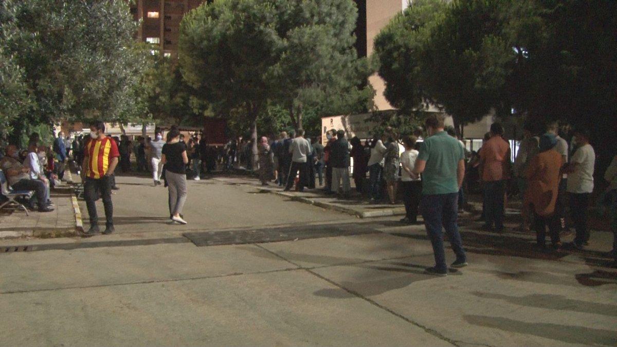 İzmir'de koronavirüs aşısına yoğun talep #1