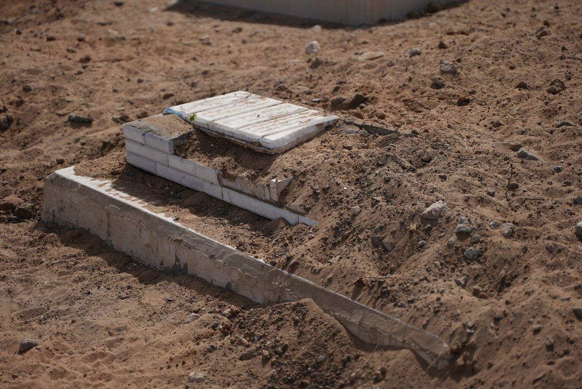İsrail, Filistin de mezarlıkları hedef aldı #10