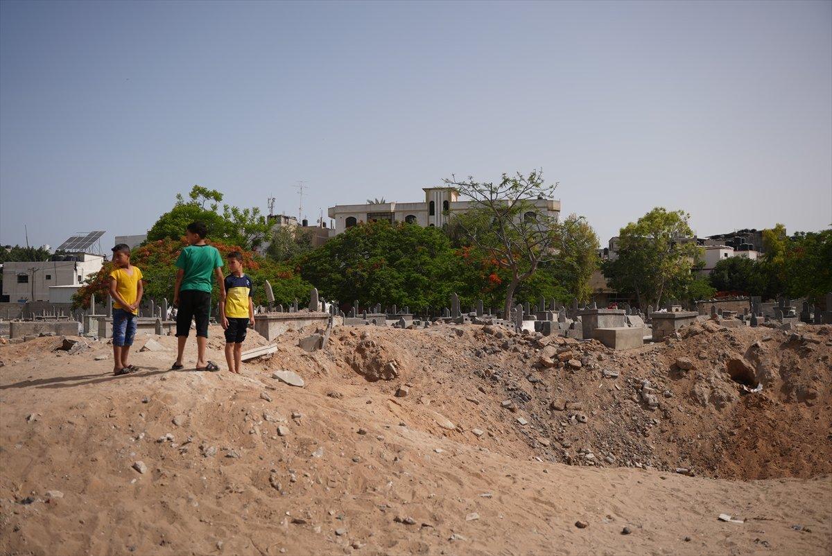 İsrail, Filistin de mezarlıkları hedef aldı #6