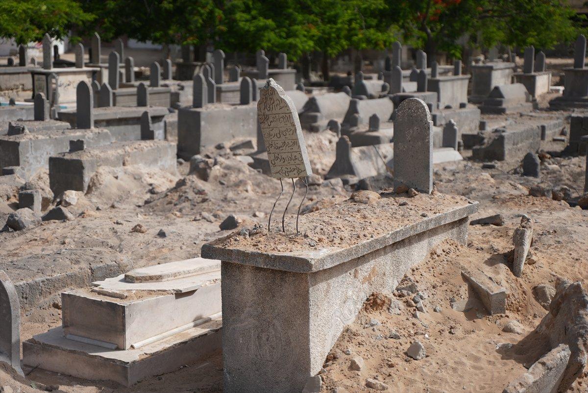 İsrail, Filistin de mezarlıkları hedef aldı #4