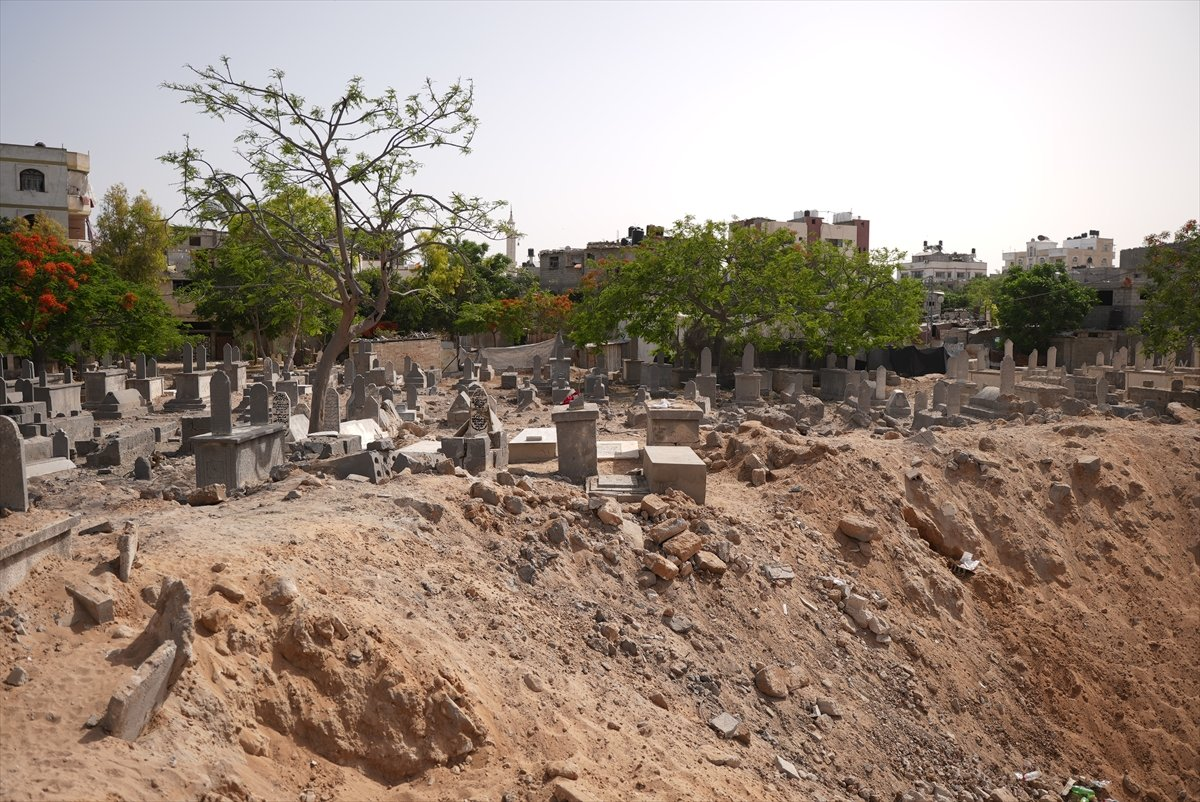 İsrail, Filistin de mezarlıkları hedef aldı #7