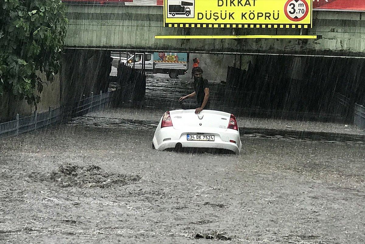 İstanbul da sağanak hayatı felç etti #1