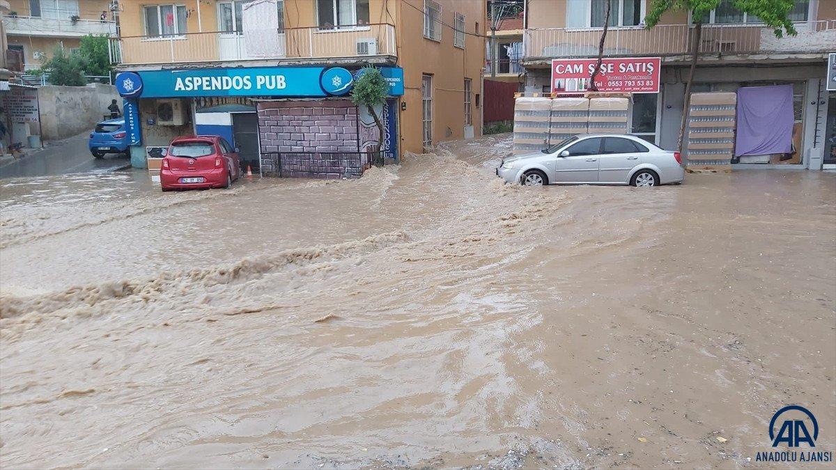İzmir de sağanak yağış nedeniyle su baskınları yaşandı #1