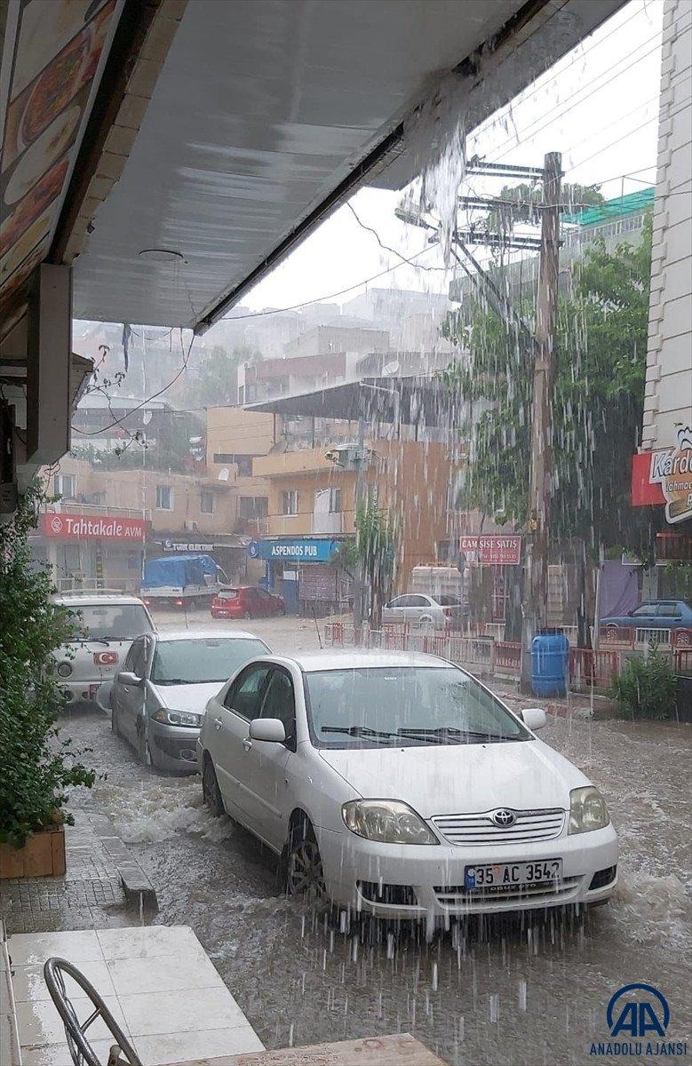 İzmir de sağanak yağış nedeniyle su baskınları yaşandı #2