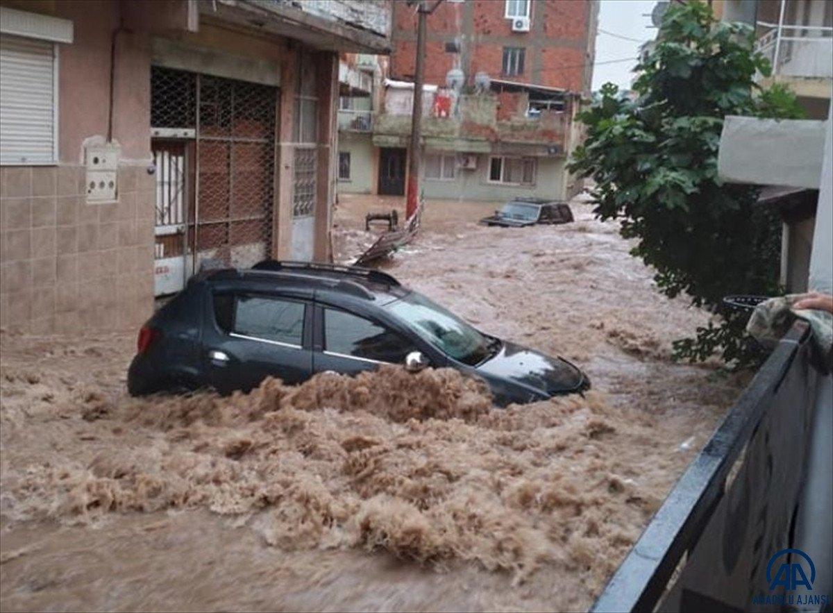 İzmir de sağanak yağış nedeniyle su baskınları yaşandı #3