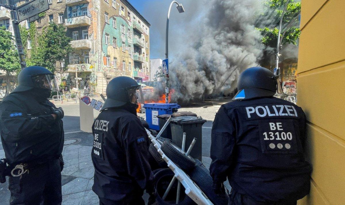 Berlin de göstericiler sokaklara barikat kurup yaktı #3