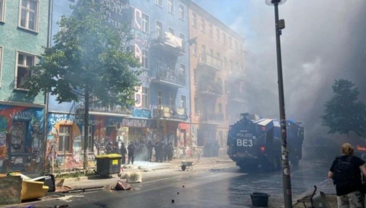 Berlin de göstericiler sokaklara barikat kurup yaktı #2
