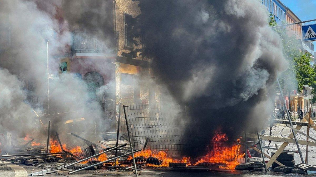 Berlin de göstericiler sokaklara barikat kurup yaktı #1