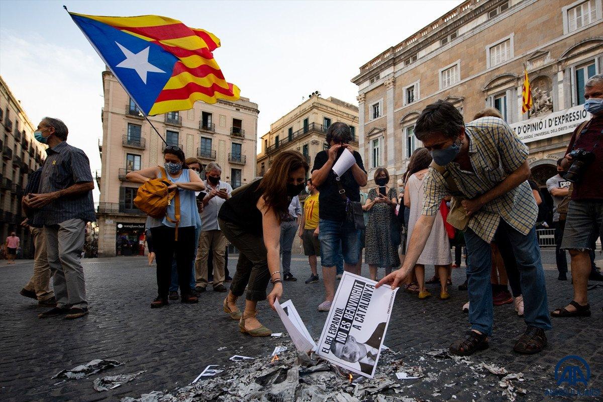 Katalonya da bağımsızlık yanlıları İspanya Kralı nın fotoğraflarını yaktı #7