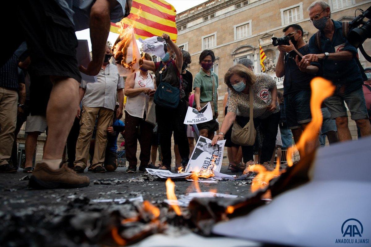 Katalonya da bağımsızlık yanlıları İspanya Kralı nın fotoğraflarını yaktı #5