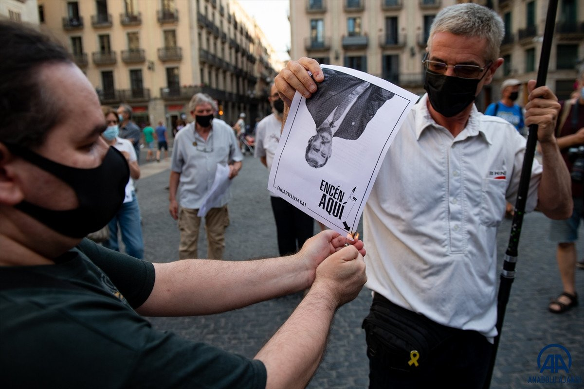 Katalonya da bağımsızlık yanlıları İspanya Kralı nın fotoğraflarını yaktı #1