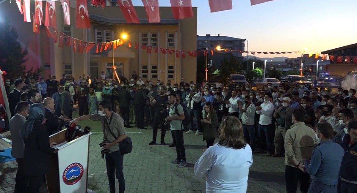 Ağrı Belediyesi önünde işçiler bayram sevinci yaşadı #2