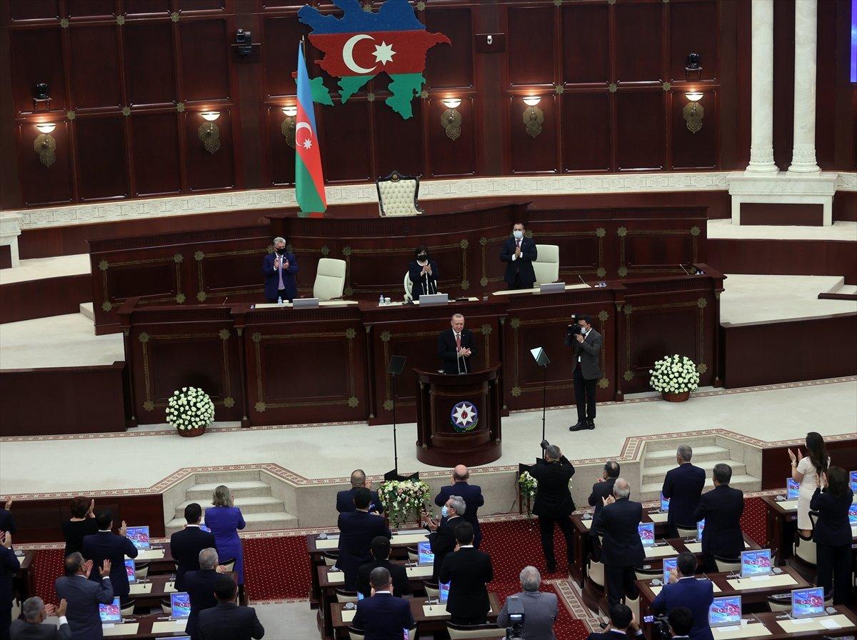 Cumhurbaşkanı Erdoğan ın okuduğu şiiri Azerbaycan milletvekilleri ayakta alkışladı #4