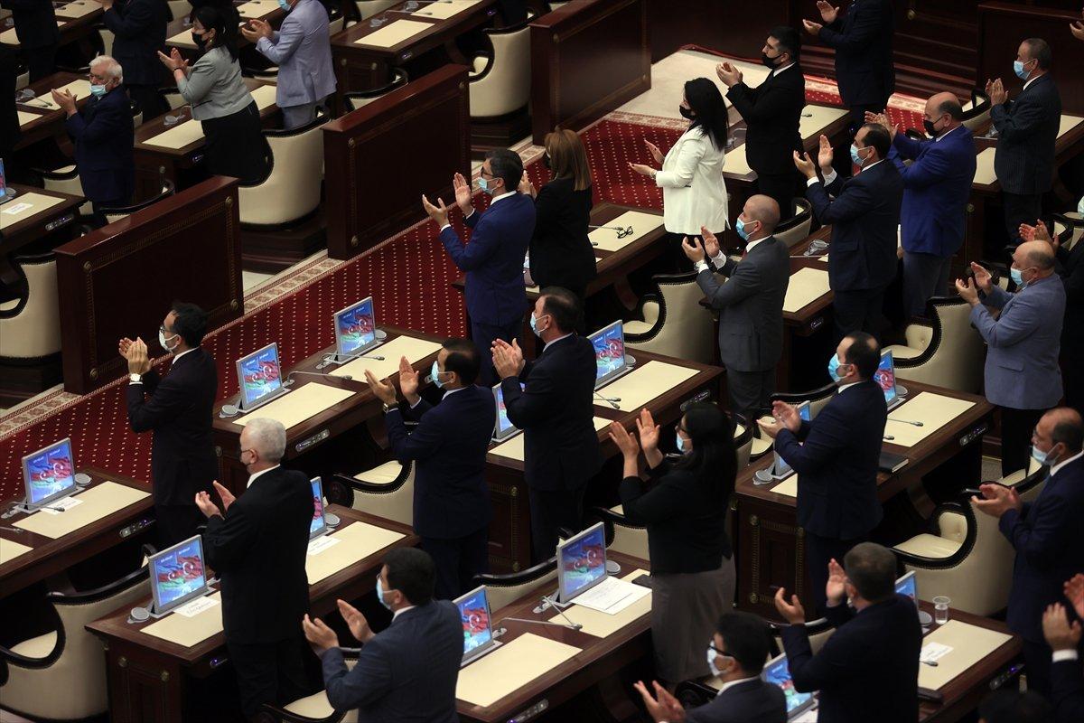 Cumhurbaşkanı Erdoğan ın okuduğu şiiri Azerbaycan milletvekilleri ayakta alkışladı #3