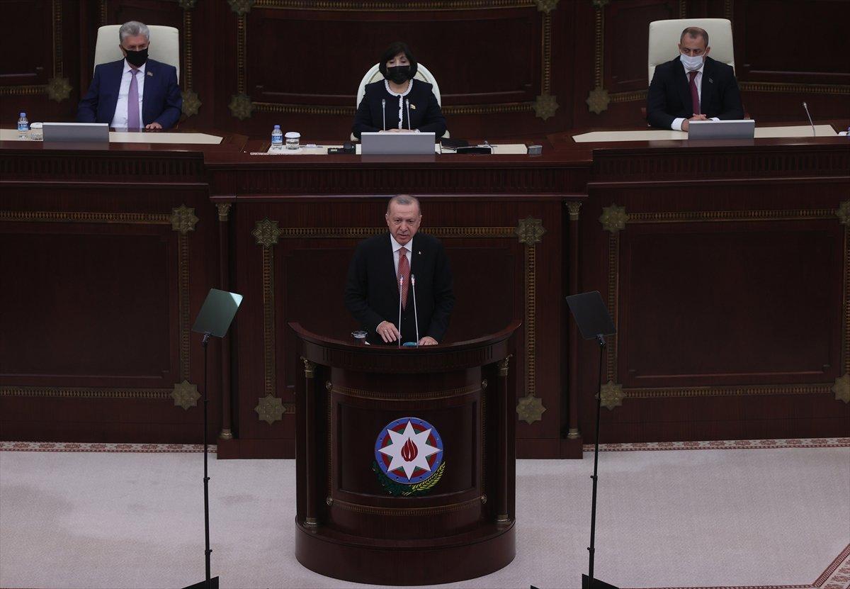 Cumhurbaşkanı Erdoğan ın okuduğu şiiri Azerbaycan milletvekilleri ayakta alkışladı #1