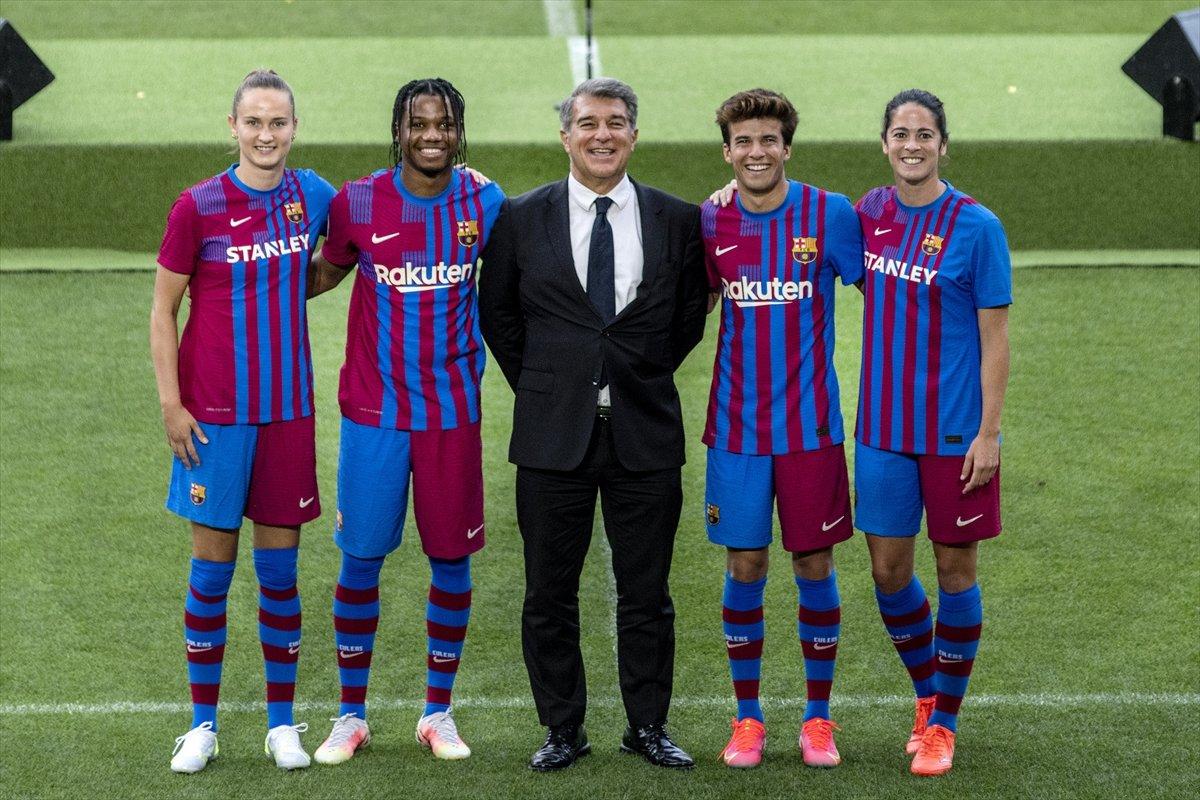 Barcelona yeni sezonun formalarını tanıttı #4