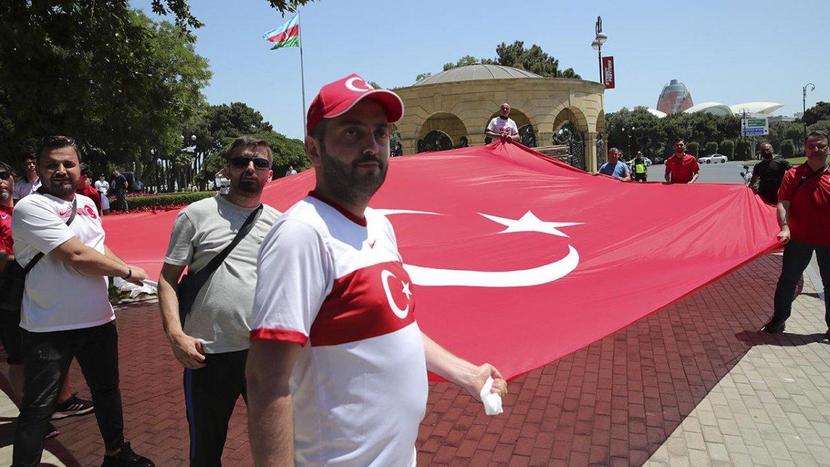 Cumhurbaşkanı Erdoğan, Türk taraftarı selamladı #4