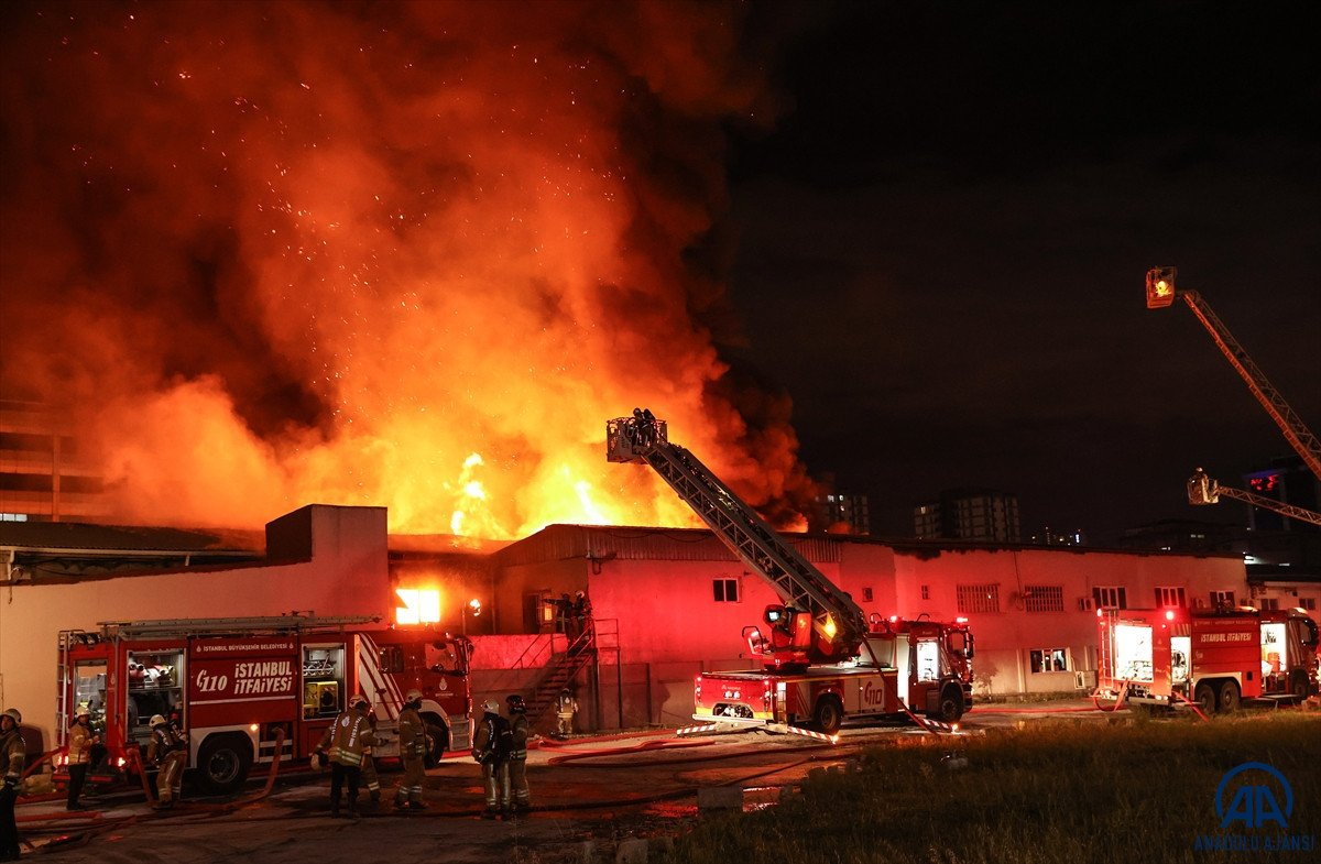 Küçükçekmece de kağıt ambalaj fabrikasında yangın #3