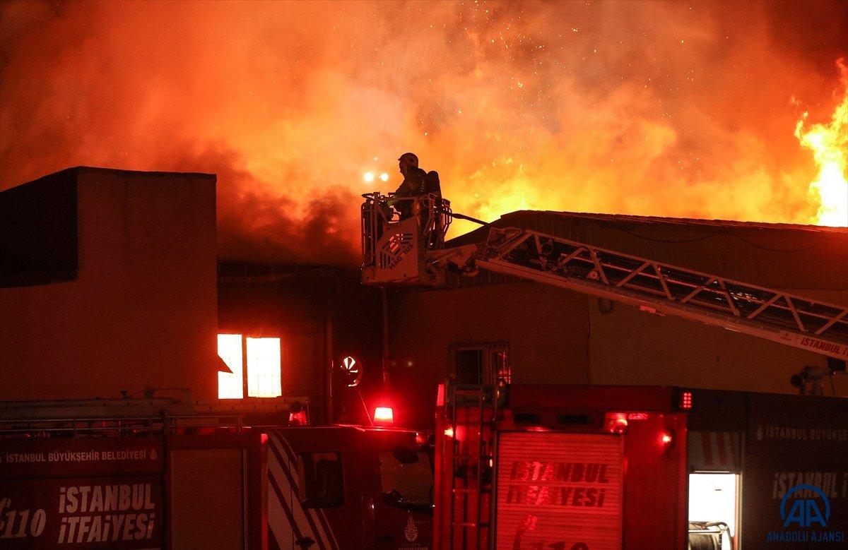Küçükçekmece de kağıt ambalaj fabrikasında yangın #1