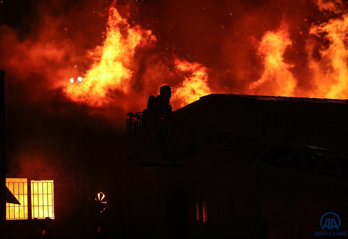 Küçükçekmece de kağıt ambalaj fabrikasında yangın #2