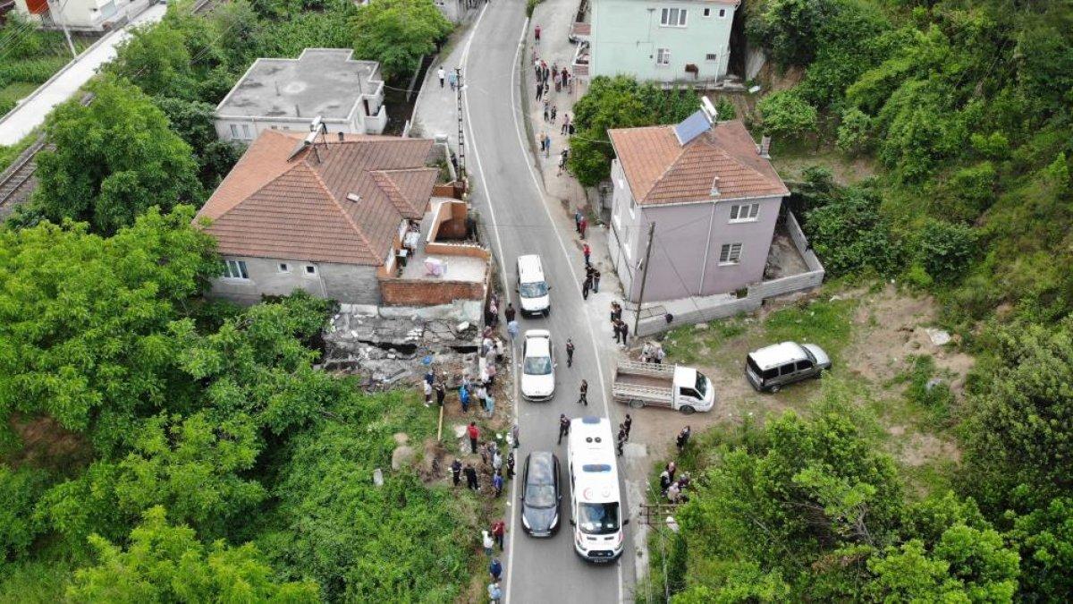 Zonguldak ta bir kişi, yıkım yaparken duvarın altında kaldı #4