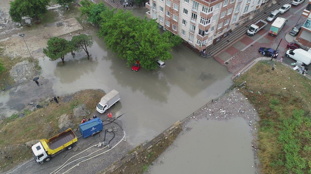 İstanbul da sağanak yağış etkili oluyor: Cadde ve sokaklar göle döndü  #9