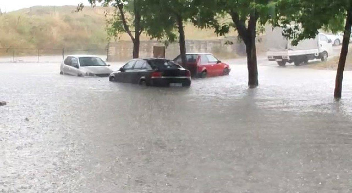İstanbul da sağanak yağış etkili oluyor: Cadde ve sokaklar göle döndü  #11