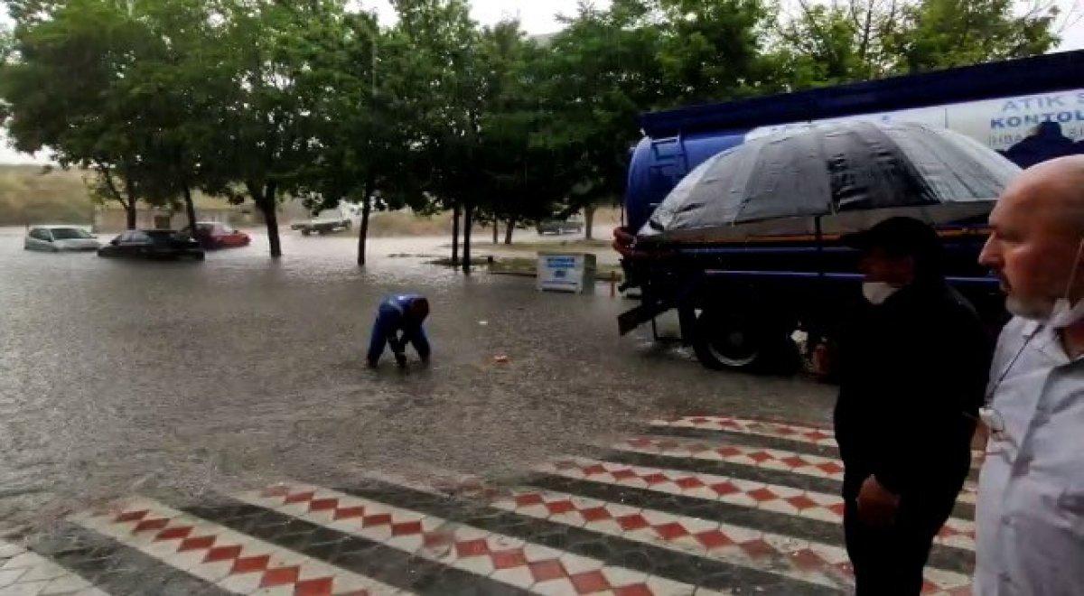 İstanbul da sağanak yağış etkili oluyor: Cadde ve sokaklar göle döndü  #10