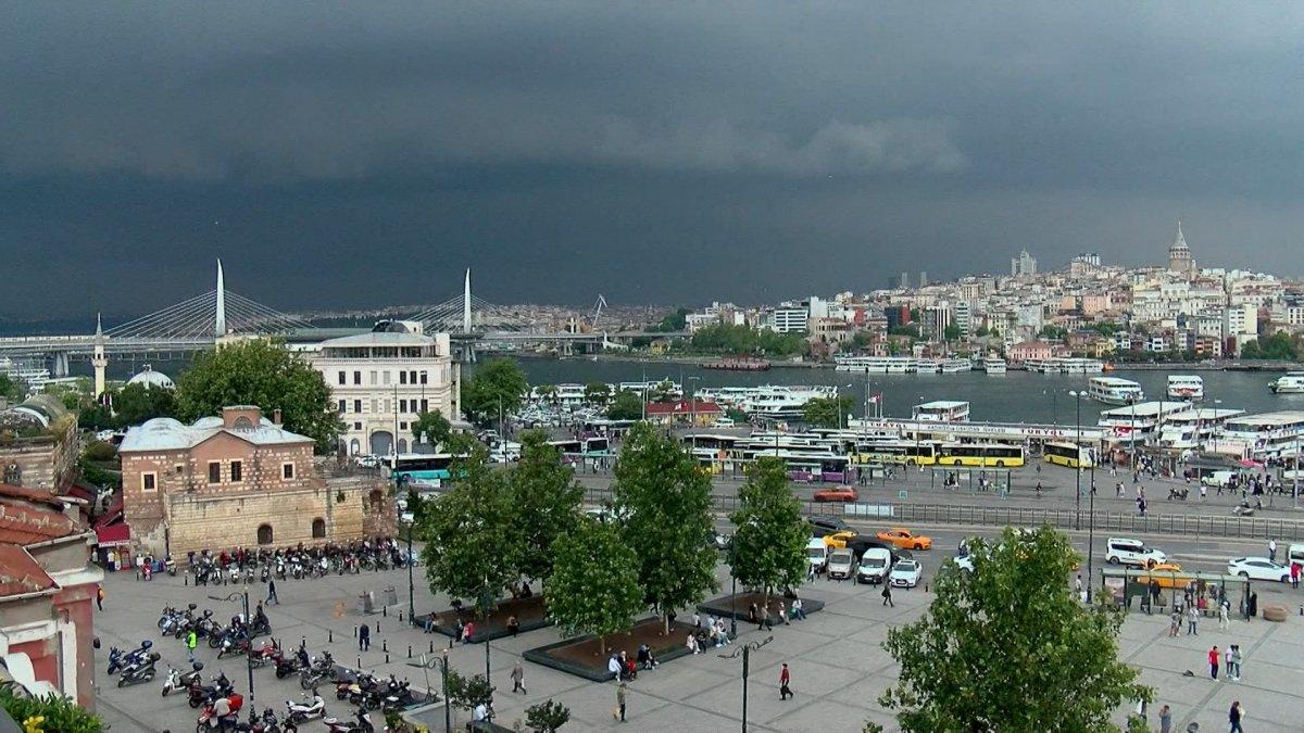 İstanbul da sağanak yağış etkili oluyor: Cadde ve sokaklar göle döndü  #3