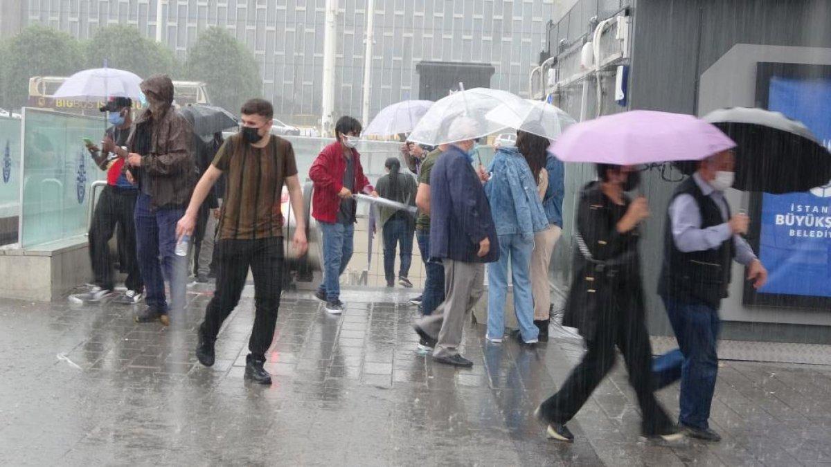 İstanbul da sağanak yağış etkili oluyor: Cadde ve sokaklar göle döndü  #7