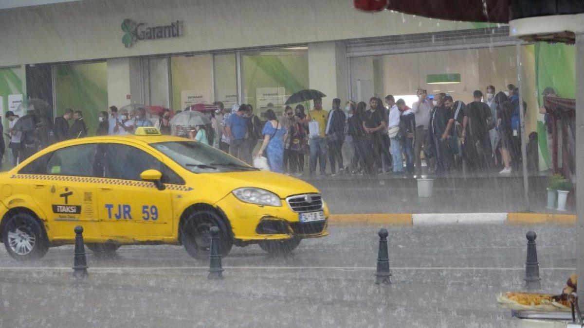 İstanbul da sağanak yağış etkili oluyor: Cadde ve sokaklar göle döndü  #1