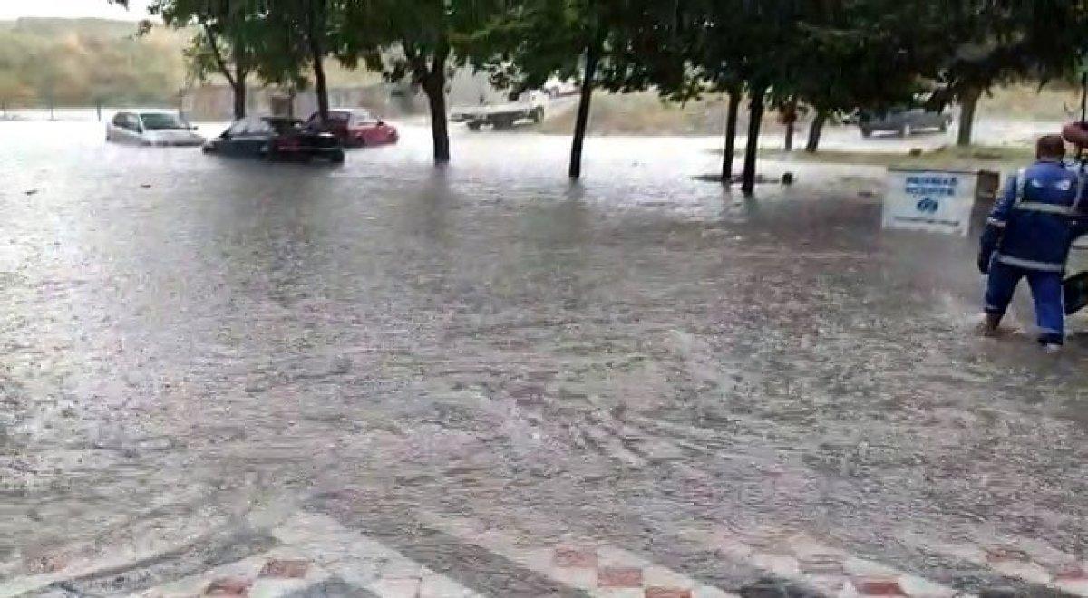İstanbul da sağanak yağış etkili oluyor: Cadde ve sokaklar göle döndü  #12