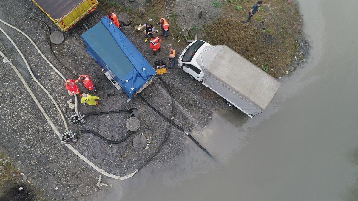 İstanbul da sağanak yağış etkili oluyor: Cadde ve sokaklar göle döndü  #8