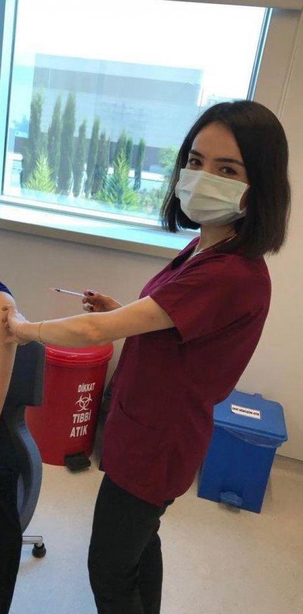 Fahrettin Koca, 40 milyonuncu aşıyı yapan doktoru paylaştı #2