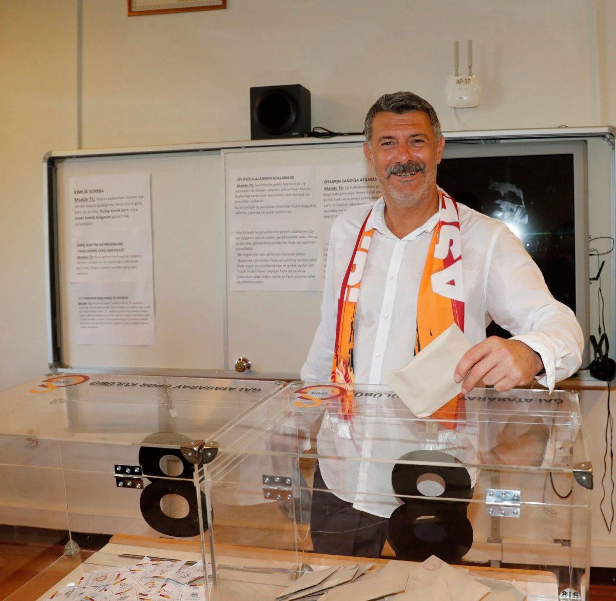 Galatasaray da seçim kuyruğu İstiklal Caddesi ne taştı #4