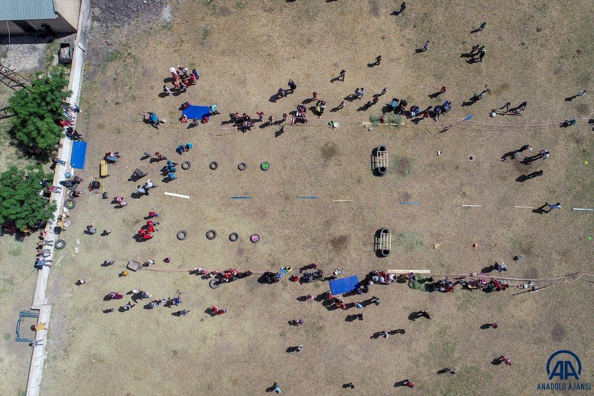 Van da öğrenciler mezuniyet kutlamasını Survivor parkurunda yarışarak yaptı #4