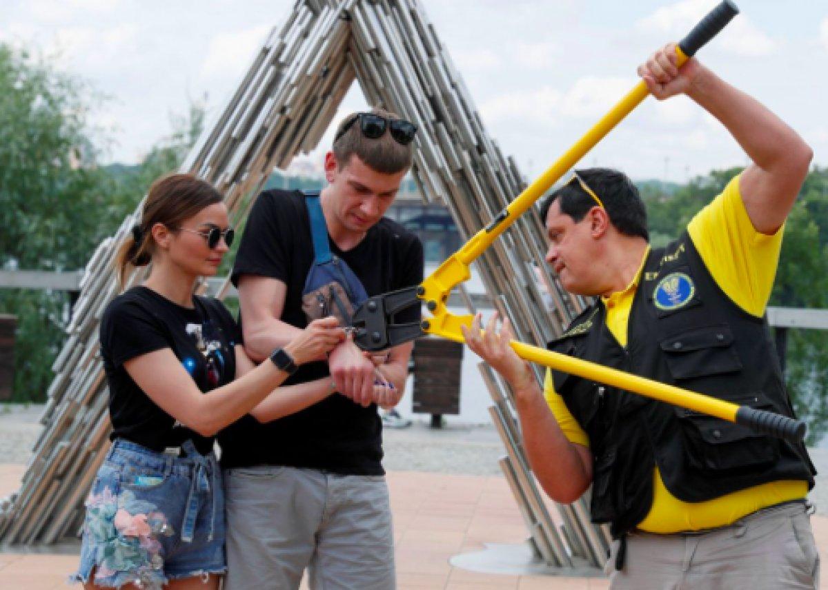 Ukrayna da ayrılmamak için kendilerini birbirlerine kelepçeleyen çift ilişkilerini bitirdiler #4