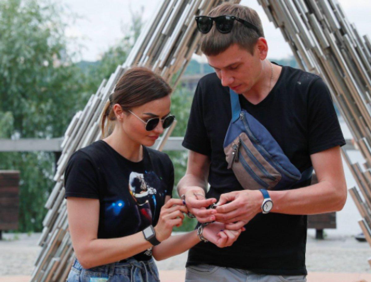 Ukrayna da ayrılmamak için kendilerini birbirlerine kelepçeleyen çift ilişkilerini bitirdiler #5