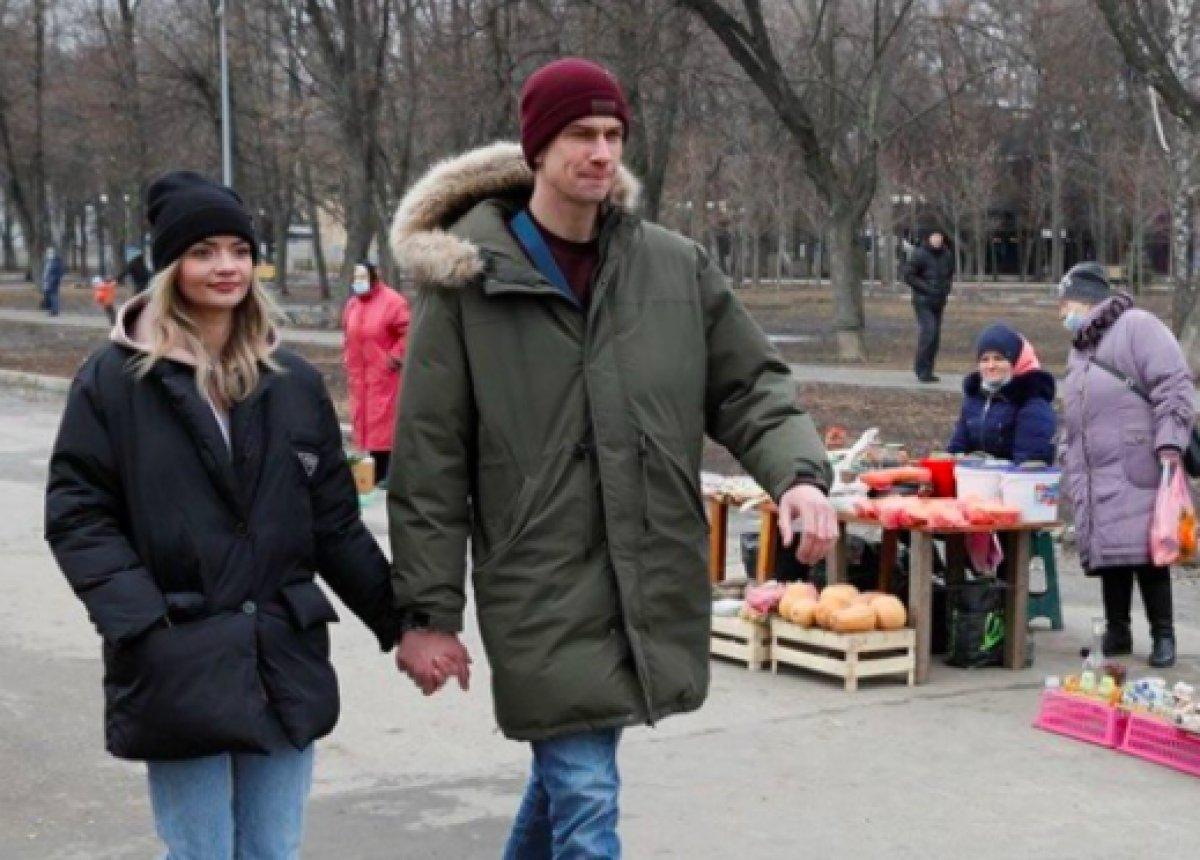 Ukrayna da ayrılmamak için kendilerini birbirlerine kelepçeleyen çift ilişkilerini bitirdiler #17